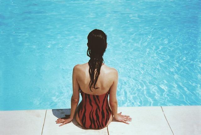 červenočerné plavky