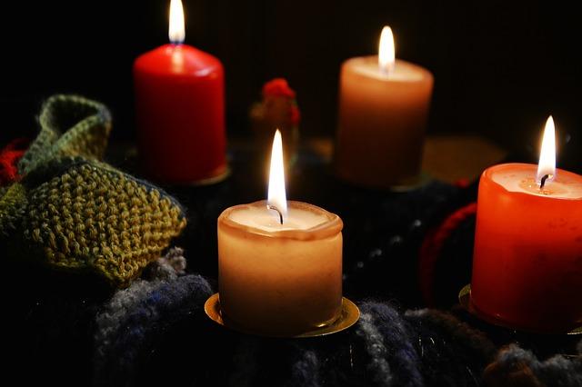 svíčky na věnci